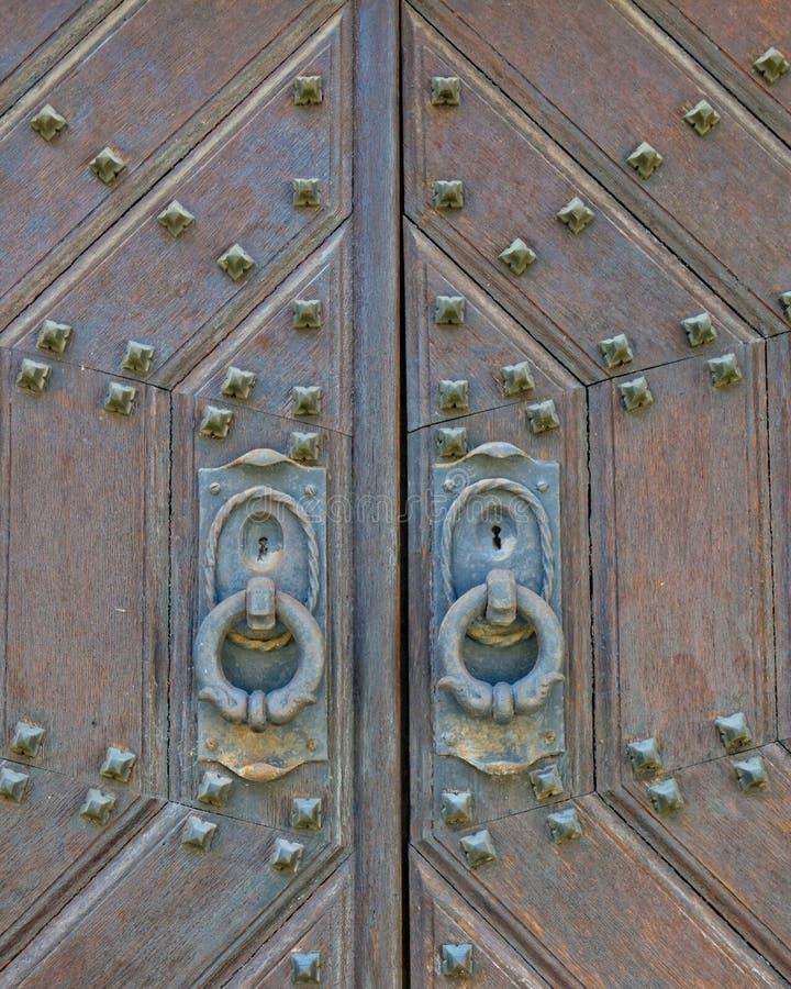 Το μέταλλο διακόσμησε την παλαιά στερεά ξύλινη κινηματογράφηση σε πρώτο πλάνο πορτών στοκ φωτογραφίες με δικαίωμα ελεύθερης χρήσης