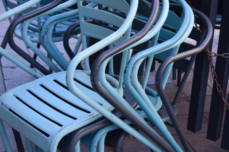 Το μέταλλο προεδρεύει του μπλε χρώματος συνέλεξε καλά ένα σε άλλο στοκ φωτογραφία με δικαίωμα ελεύθερης χρήσης