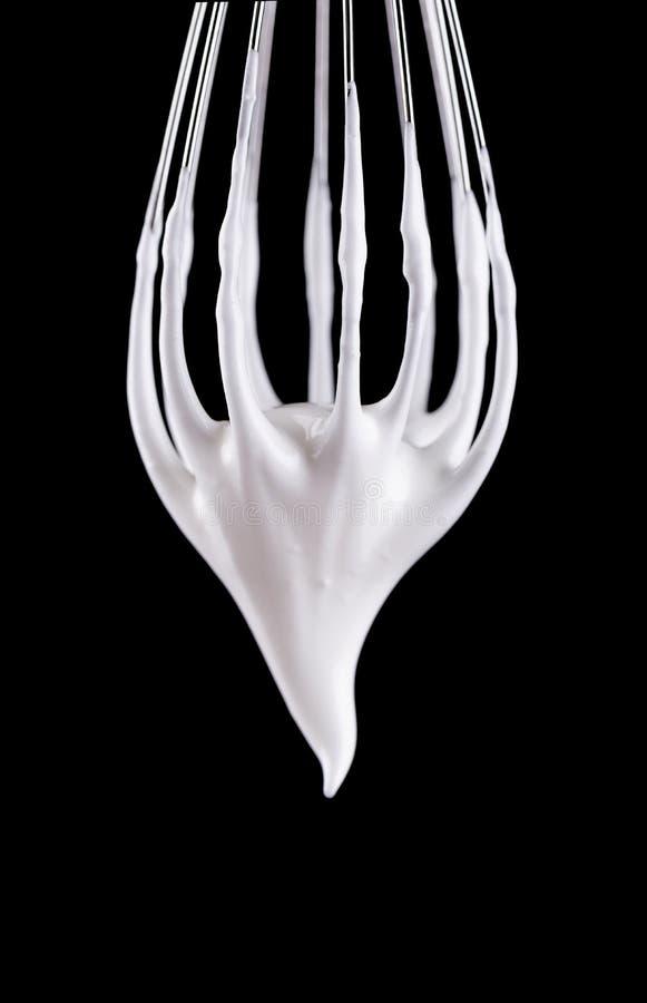 Το μέταλλο χτυπά ελαφρά με τα κτυπημένα λευκά αυγών, που απομονώνονται στο μαύρο υπόβαθρο Ψαλιδίζοντας μονοπάτι στοκ φωτογραφίες με δικαίωμα ελεύθερης χρήσης