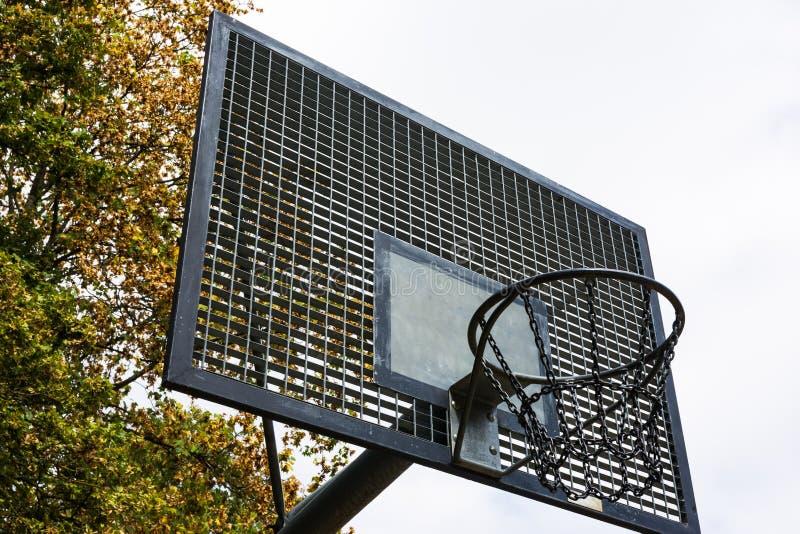Το μέταλλο σταθμεύει υπαίθρια την αλυσίδα δικτύου ραχών γήπεδο μπάσκετ στοκ εικόνες