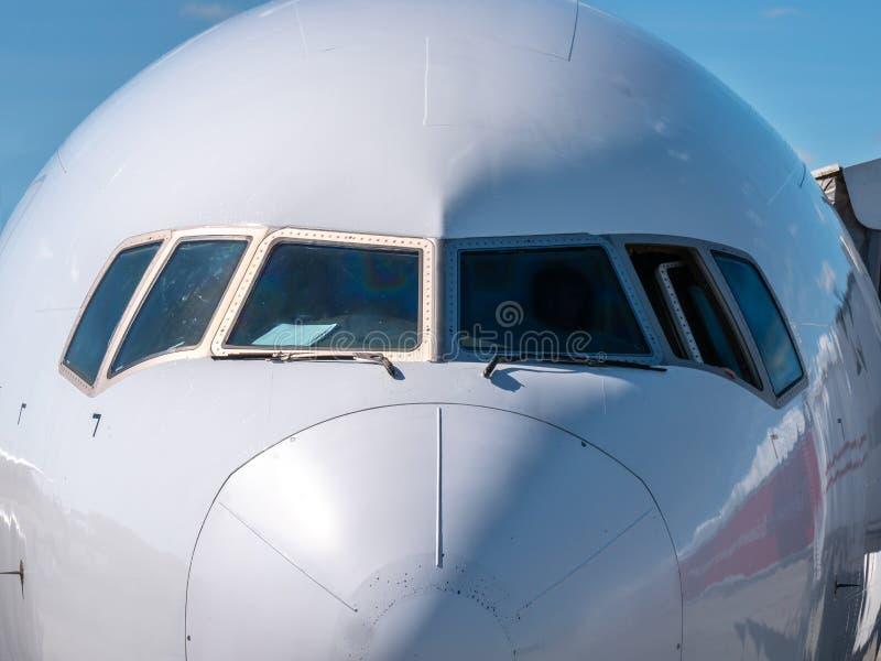 Το μέτωπο ενός πιλοτηρίου αεροπλάνων στην ηλιοφάνεια στοκ εικόνα
