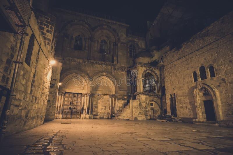 Το μέτωπο της εκκλησίας του ιερού τάφου στο χριστιανικό τέταρτο της παλαιάς πόλης της Ιερουσαλήμ πυροβόλησε στους νεκρούς της νύχ στοκ εικόνα