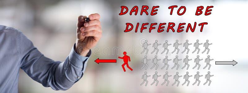 Τολμήστε να είστε διαφορετική έννοια που σύρεται από ένα άτομο στοκ εικόνα