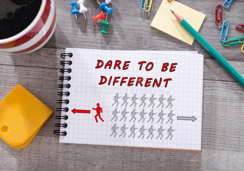 Τολμήστε να είστε διαφορετική έννοια σε ένα σημειωματάριο στοκ εικόνες