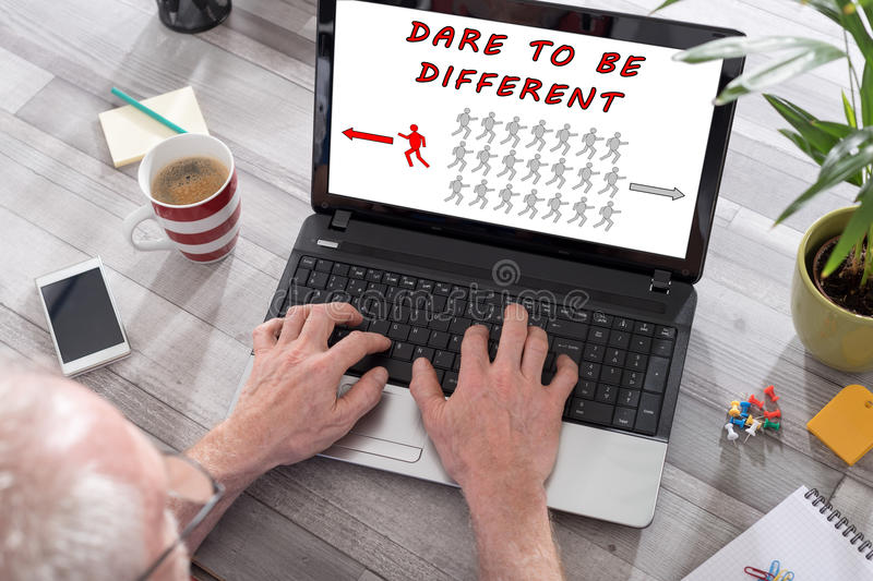 Τολμήστε να είστε διαφορετική έννοια σε μια οθόνη lap-top στοκ φωτογραφίες