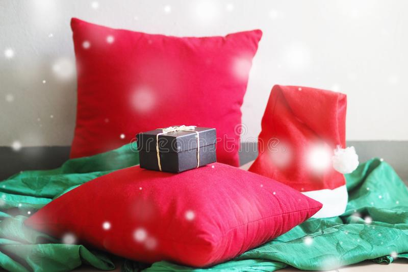 Το μίνι μαύρο κουτί παρουσιάζει στο κόκκινο μαξιλάρι στοκ φωτογραφία με δικαίωμα ελεύθερης χρήσης
