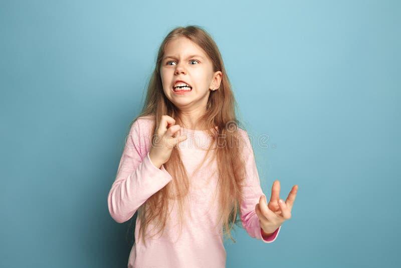 Το μίσος Κορίτσι εφήβων σε ένα μπλε υπόβαθρο Έννοια εκφράσεων του προσώπου και συγκινήσεων ανθρώπων στοκ φωτογραφίες με δικαίωμα ελεύθερης χρήσης