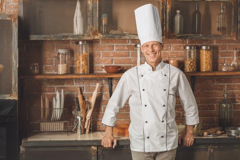 Το μαγείρεμα αρχιμαγείρων αρτοποιείων ψήνει στην κουζίνα στοκ εικόνες με δικαίωμα ελεύθερης χρήσης