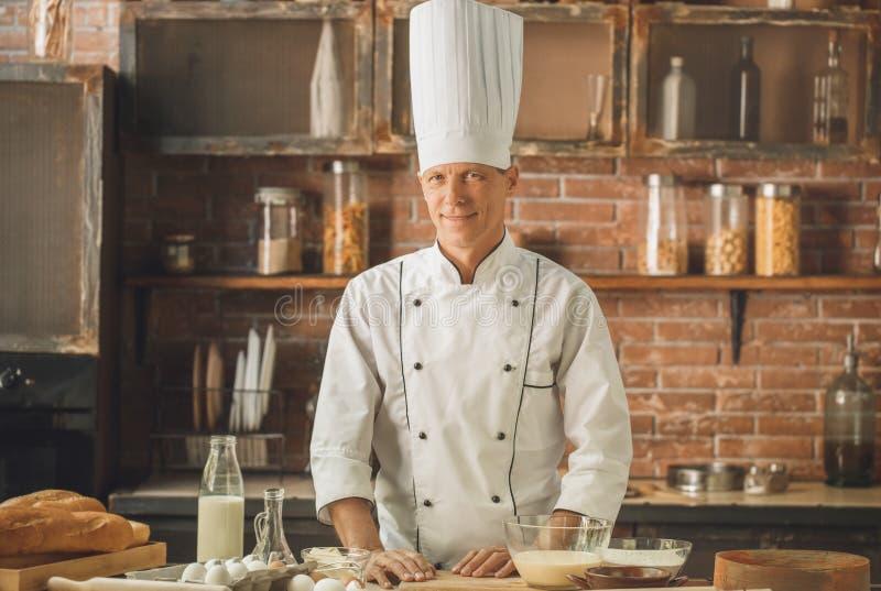Το μαγείρεμα αρχιμαγείρων αρτοποιείων ψήνει στην κουζίνα στοκ φωτογραφίες