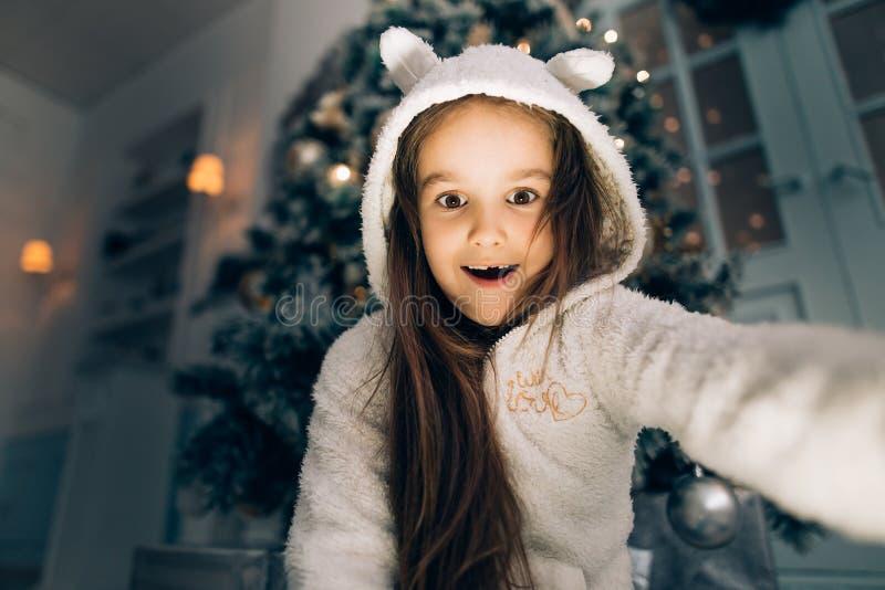 Το μαγικά κιβώτιο δώρων και το κοριτσάκι παιδιών, κορίτσι παιδιών ανοίγουν ένα κιβώτιο με τα δώρα Χριστούγεννα στοκ εικόνες