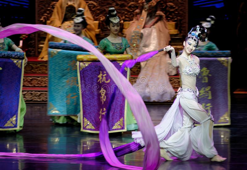 Το μακροχρόνιο sleeved δικαστήριο χορεύει η 7-δεύτερη πράξη: μια γιορτή στην πριγκήπισσα ` μεταξιού δράματος ` χορού παλάτι-έπους στοκ εικόνες