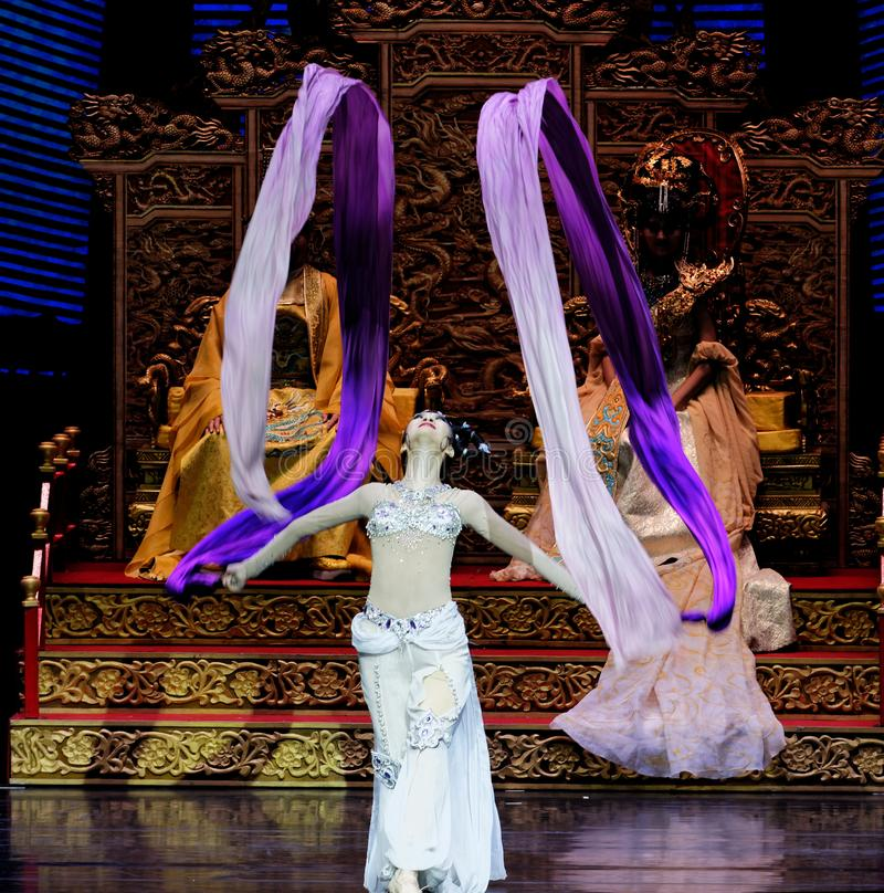 Το μακροχρόνιο sleeved δικαστήριο χορεύει η 7-δεύτερη πράξη: μια γιορτή στην πριγκήπισσα ` μεταξιού δράματος ` χορού παλάτι-έπους στοκ φωτογραφία