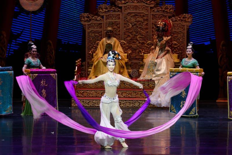 Το μακροχρόνιο sleeved δικαστήριο χορεύει η 8-δεύτερη πράξη: μια γιορτή στην πριγκήπισσα ` μεταξιού δράματος ` χορού παλάτι-έπους στοκ εικόνα