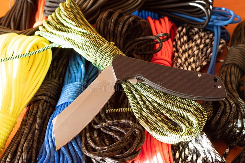 Το μαχαίρι είναι σε λυγισμένη θέση Πτυσσόμενο μαχαίρι τσέπης στοκ εικόνες