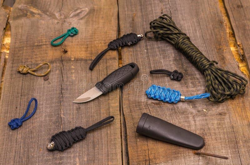 Το μαχαίρι τουριστών και πολλά εξαρτήματα από το parakord στοκ εικόνα