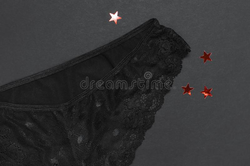 Το μαύρο εσώρουχο στηθοδέσμων δαντελλών στο σκοτεινό επίπεδο άποψης υποβάθρου τοπ βάζει με το διάστημα αντιγράφων Θηλυκά ουσιαστι στοκ εικόνα