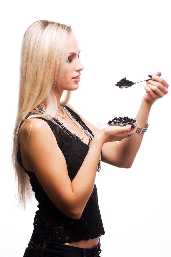 το μαύρο χαβιάρι τρώει τη γ&upsil στοκ εικόνα