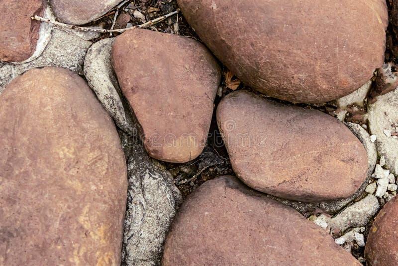 Το μεγάλο καφετί σχέδιο βάσεων υποβάθρου πετρών κινηματογραφήσεων σε πρώτο πλάνο ντεκόρ κήπων κυβόλινθων grunge ορίζει σκληρό φυσ στοκ εικόνα