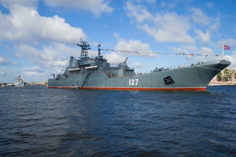"""Το μεγάλο προσγειωμένος σκάφος """"Μινσκ """"στην περιοχή νερού Neva στοκ φωτογραφία"""