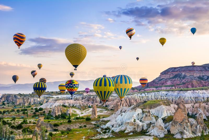 Το μεγάλο τουριστικό αξιοθέατο Cappadocia - πτήση μπαλονιών ΚΑΠ στοκ εικόνες με δικαίωμα ελεύθερης χρήσης