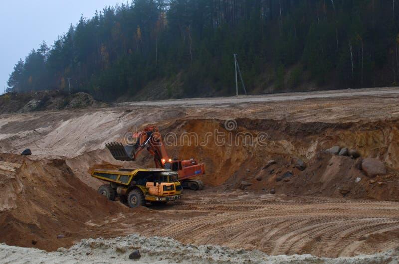 Το μεγάλο φορτηγό απορρίψεων μεταλλείας εξάγει τα μηχανήματα, ή τον εξοπλισμό μεταλλείας για να μεταφέρει την άμμο από open-pit Φ στοκ εικόνα με δικαίωμα ελεύθερης χρήσης