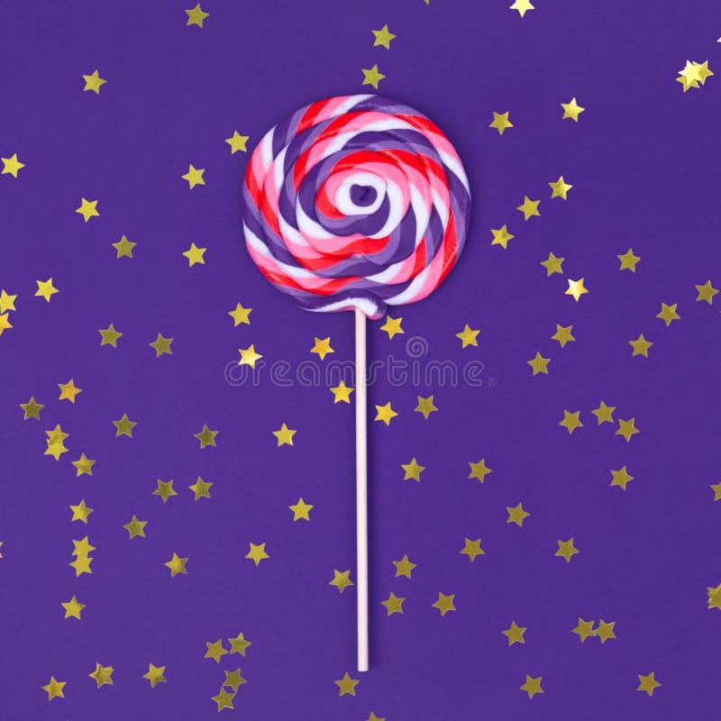 Το μεγάλο lollipop σταθερές υπεριώδεις βάση με χρυσό ψεκάζει στοκ φωτογραφία με δικαίωμα ελεύθερης χρήσης