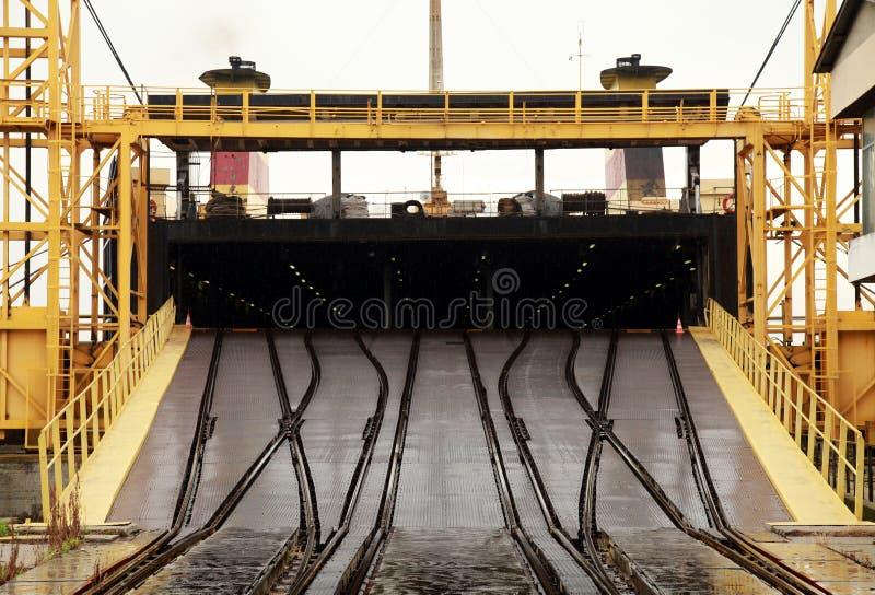 Το μεγάλο βιομηχανικό σκάφος RO/$L*RO φορτώνει Κεκλιμένη ράμπα σιδηροδρόμων στοκ φωτογραφία