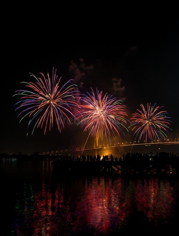 Το μεγάλο και ζωηρόχρωμο πυροτέχνημα εκρήγνυται στο σκοτεινό ουρανό στο χρόνο εορτασμού στοκ φωτογραφίες
