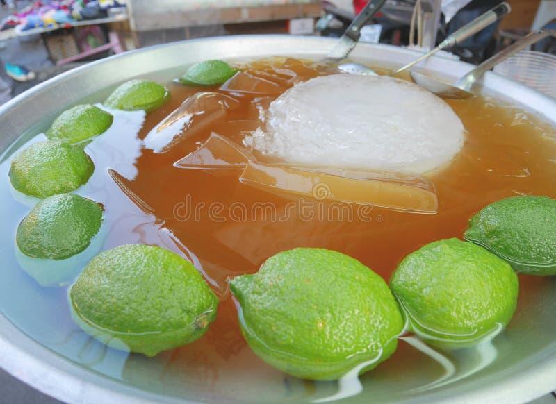 Το μεγάλο κύπελλο της ζελατίνας Aiyu πωλεί επάνω στη Ταϊπέι, Ταϊβάν Η ζελατίνα Aiyu είναι γνωστή σε ταϊβανικό Hokkien ως ogio, κα στοκ φωτογραφίες με δικαίωμα ελεύθερης χρήσης