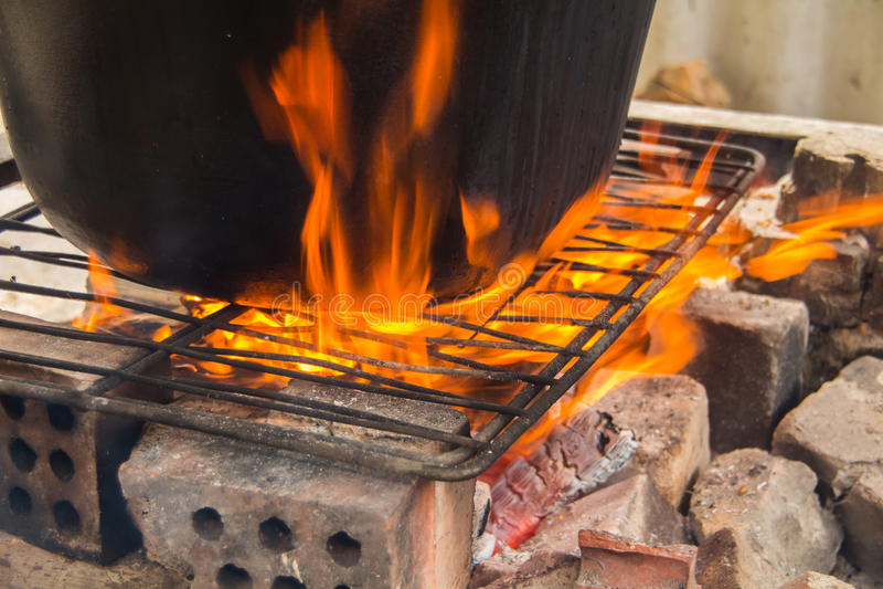 Το μεγάλο δοχείο είναι σε μια πυρκαγιά στοκ φωτογραφία με δικαίωμα ελεύθερης χρήσης