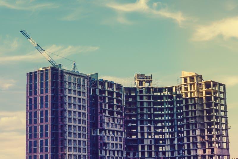 Το μεγάλο σύγχρονο κτήριο είναι κάτω από την οικοδόμηση Οικοδομική Βιομηχανία, συγκρότημα κατοικιών, γερανός στοκ εικόνες