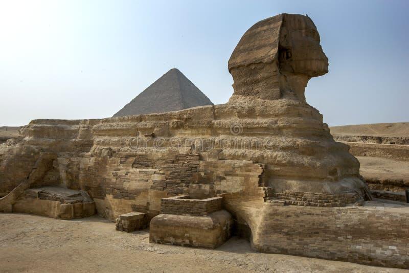 Το μεγάλο Sphinx Giza και η πυραμίδα Khufu που βρίσκεται στο οροπέδιο Giza στο Κάιρο, Αίγυπτος στοκ φωτογραφία με δικαίωμα ελεύθερης χρήσης