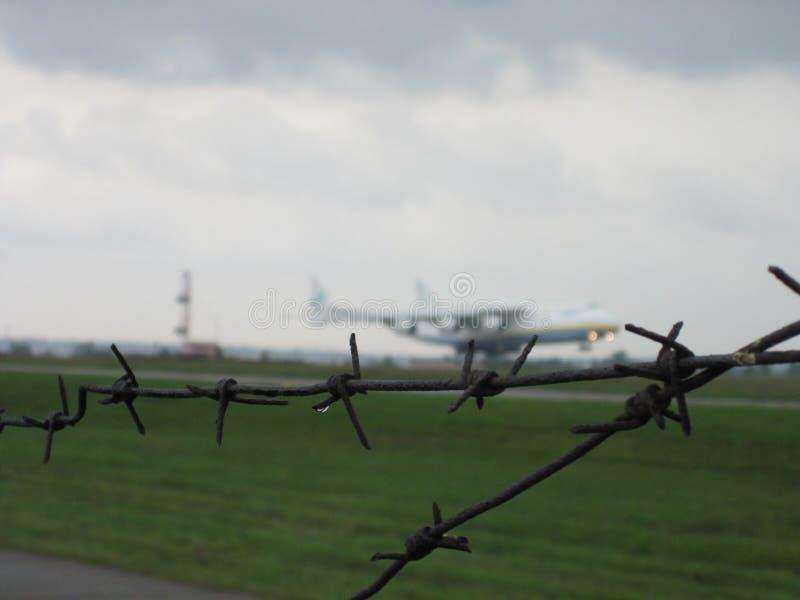 Το μεγαλύτερο αεροπλάνο στον κόσμο ένας-225 Mriya πίσω από τον οδοντωτό - καλώδιο στοκ εικόνες με δικαίωμα ελεύθερης χρήσης