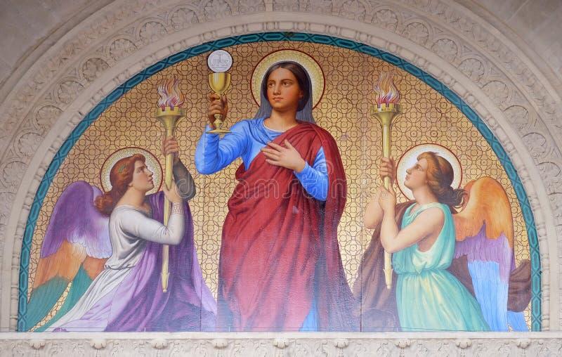 Το μενταγιόν της πύλης αντιπροσωπεύει την πίστη, εκκλησία Αγίου Augustine στο Παρίσι στοκ φωτογραφίες