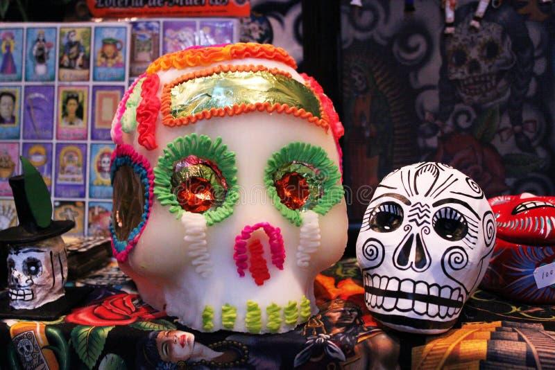 Το μεξικάνικο ζωηρόχρωμο χέρι χρωμάτισε το σκελετό κρανίων, dias de Los muertos ημέρα των νεκρών θανάτου στοκ εικόνες με δικαίωμα ελεύθερης χρήσης