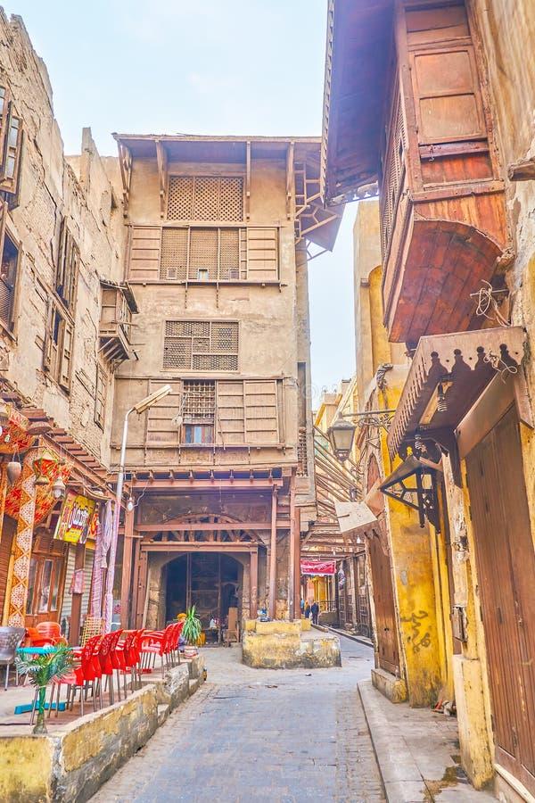 Το μεσαιωνικό οικοδόμημα με τις υποστηρίξεις μετάλλων στο παλαιό Κάιρο, Αίγυπτος στοκ φωτογραφία