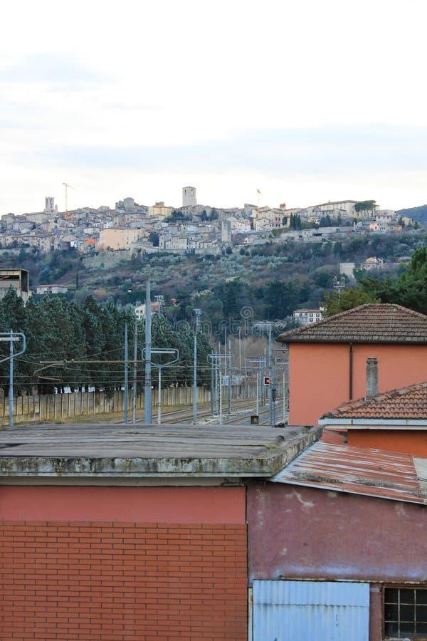 Το μεσαιωνικό χωριό Narni που βλέπει από το σταθμό τρένου και το θόριο στοκ φωτογραφία
