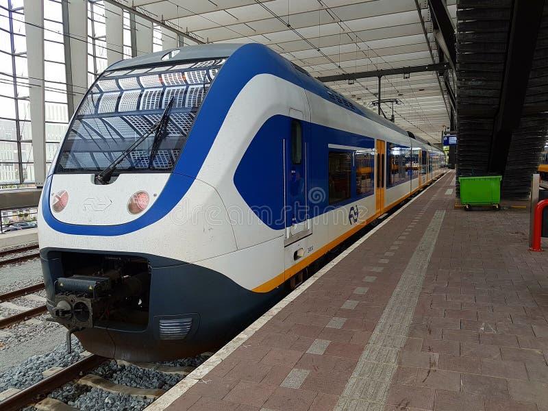 Το μετρό SLT sprinter μεταξύ του Ρότερνταμ και του γκούντα περιμένει κατά μήκος της πλατφόρμας στο σταθμό Ρότερνταμ Centraal στοκ εικόνες