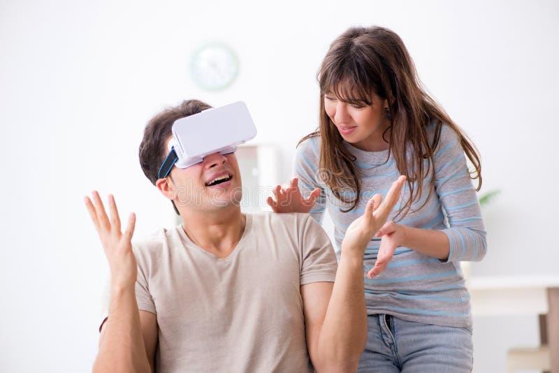 Το με ειδικές ανάγκες άτομο με τα εικονικά γυαλιά στοκ εικόνα με δικαίωμα ελεύθερης χρήσης