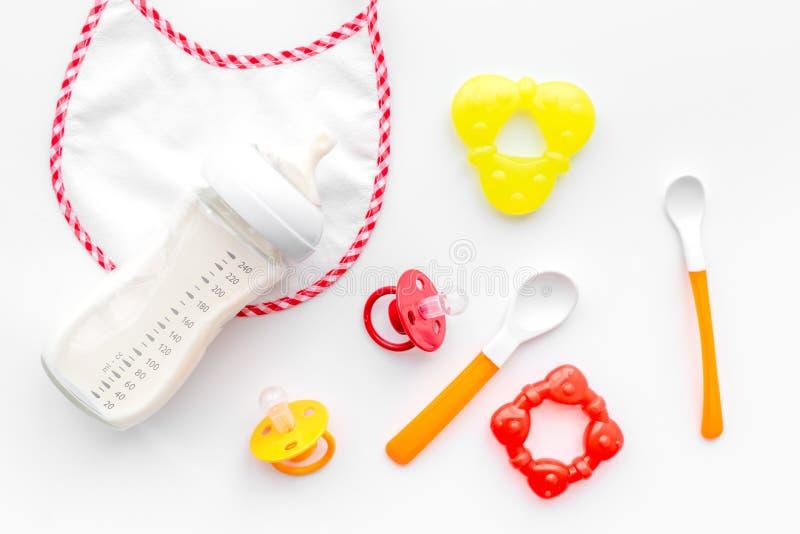 Το μητρικό γάλα προσοχής μητέρων στον τύπο μπουκαλιών και νηπίων κονιοποίησε τα υγιή τρόφιμα για να ταΐσει μωρών με την άσπρη τοπ στοκ φωτογραφία με δικαίωμα ελεύθερης χρήσης