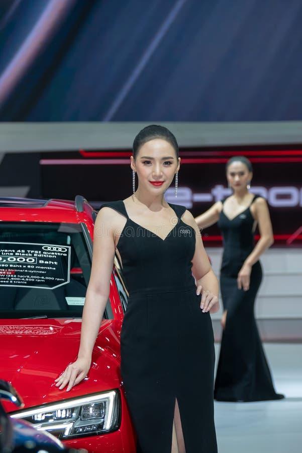 Το μη αναγνωρισμένο πρότυπο θέτει με ένα αυτοκίνητο στη διεθνή έκθεση αυτοκινήτου της 40ης Ταϊλάνδης στοκ εικόνες
