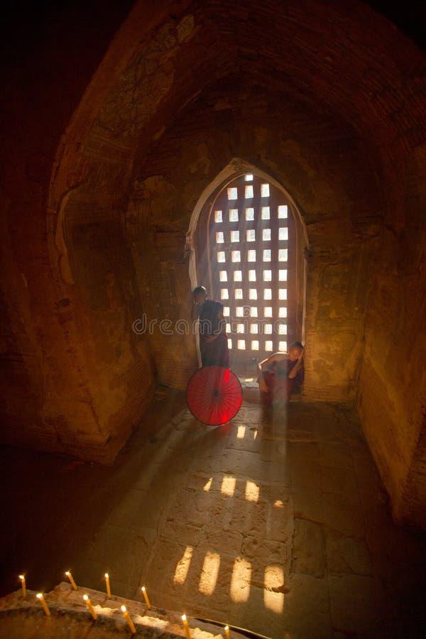 Το Μιανμάρ δύο μοναχός αρχαρίων στην παγόδα στοκ εικόνα