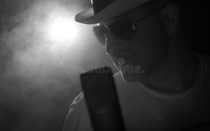 Download το μικρόφωνο ατόμων τραγουδά Tophat Στοκ Εικόνες - εικόνα από ανθρώπινος, συναυλία: 22778070