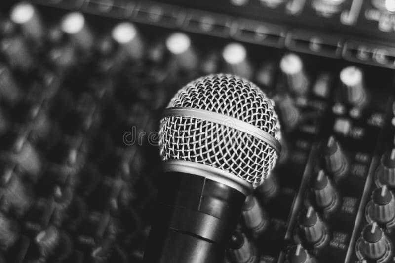 Το μικρόφωνο βρίσκεται στον αναμίκτη στοκ εικόνες