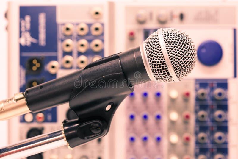 Το μικρόφωνο με το αναδρομικό ύφος εικόνων, κλείνει επάνω του μικροφώνου στη αίθουσα συναυλιών ή τη αίθουσα συνδιαλέξεων στοκ φωτογραφία με δικαίωμα ελεύθερης χρήσης