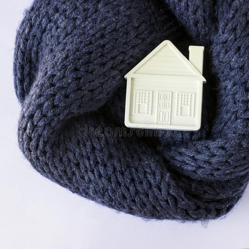 Το μικρό άσπρο σπίτι παιχνιδιών βρίσκεται σε ένα θερμό άνετο μαντίλι Έννοια-insula στοκ εικόνες