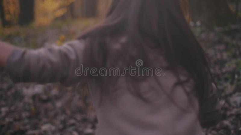 Το μικρό έφηβη με τη μακριά τρίχα brunette και μοντέρνος κοιτάζει Φοβησμένο τρέξιμο μικρών κοριτσιών στο δάσος, κοιτάζει γύρω απόθεμα βίντεο