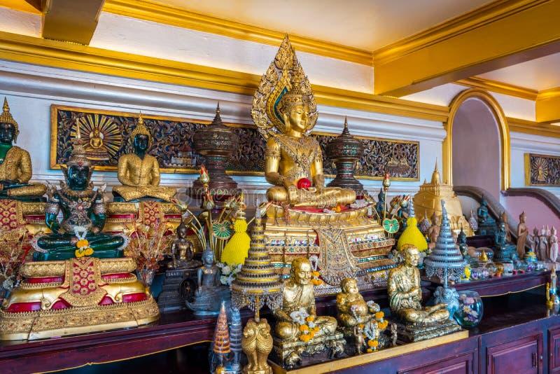 Το μικρό γλυπτό του Βούδα μέσα στο ναό του χρυσού βουνού ή του Wat Saket στοκ εικόνα