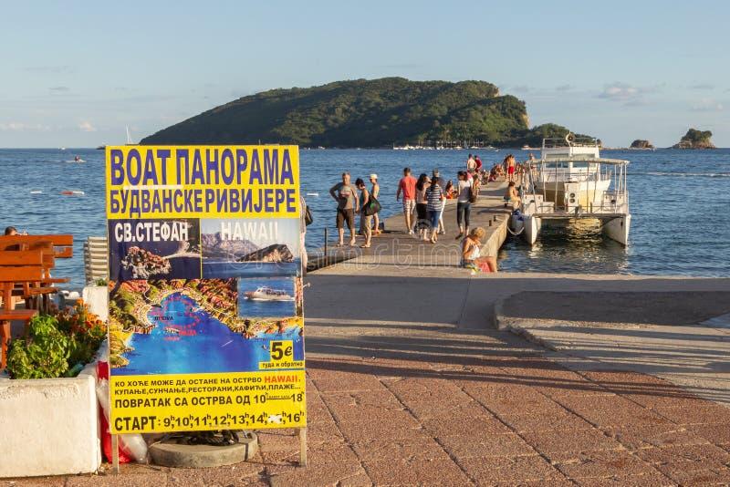 Το μικρό καταμαράν προσορμίζεται στην αποβάθρα στο υπόβαθρο του νησιού του ST Nikola στοκ φωτογραφίες με δικαίωμα ελεύθερης χρήσης
