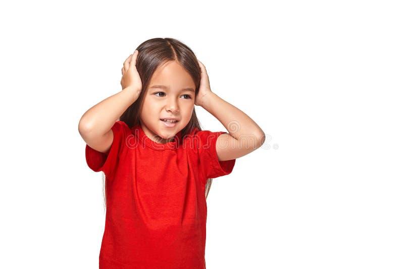 Το μικρό κορίτσι έκλεισε τα αυτιά της με τα χέρια και δεν θέλει να ακούσει καθένα στοκ φωτογραφία με δικαίωμα ελεύθερης χρήσης